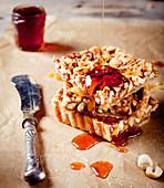 Nuss-Karamell-Tarte mit Ahornsirup und Honig