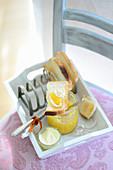 Ananas-Mango-Marmelade mit Kokosraspeln auf Toast
