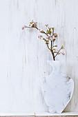 Selbstgemachte bemalte Dekovasen, aus Sperrholz ausgesägt, mit Kirsch- und Apfelblütenzweig