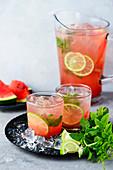 Wassermelonen-Limonade mit Minze in Gläsern und Karaffe