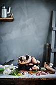 Frische Portobello-Pilze auf Küchentisch