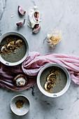 Pilzcremesuppe mit Knoblauch und Sesamsamen