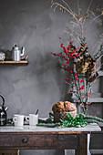 Panettone auf Holztisch in der Küche