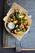 Pimentos mit Kartoffelspalten und Kräuterbutter
