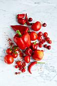 Stillleben mit roten Lebensmitteln (Aufsicht)