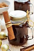 Lebkuchensauce in Henkelgläsern zum Verschenken