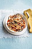Spaghetti mit Waldpilzen, Fleischsauce und Ricotta
