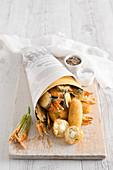 Frittiertes in der Tüte: Kartoffelkroketten, Reisbällchen mit Mozzarellafüllung, Gemüse und Zucchiniblüten