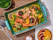Langsam gebratener Lachs mit Zitrusfrüchten und Kräutersalat