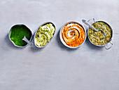 Chimichurri, Knoblauch-Zitronenbutter, Romesco und Nam Jim in Schälchen