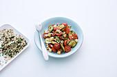 Tomaten-Zucchini-Salat mit Emmentaler und Haferflocken