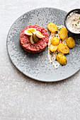 Rindertatar mit Kartoffeln und cremiger Sauce