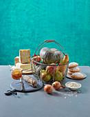 Stillleben mit Käse, Wurst, Gemüse, Obst und Gebäck aus der Lombardei, Italien