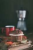 Ein Schokoladenmuffin zum Kaffee