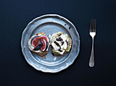 Mini sandwiches with figs, pears, soft goat cheese and camembert