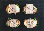 Sandwiches mit Hähnchen und Spinat zum Mitnehmen