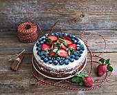 Rustikaler Gewürzkuchen mit Ingwer, Frischkäse, Erdbeeren und Blaubeeren