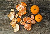 Frische saftige Mandarinen, ganz und geschält