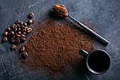 Kaffeebohnen, Kaffeepulver und Kaffeetasse