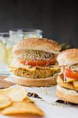 Veganer Burger mit Quinoa, Tomate und Sprossen