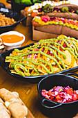 Nachos mit Dressing, verschiedene Snacks und Hot Dogs