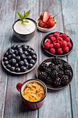 Frische Beeren mit Joghurt und Cornflakes zum Frühstück