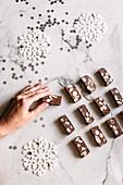 Schokoladen-Nougat und Deko-Schneeflocken auf Marmoruntergrund
