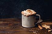 Heiße Schokolade mit Schlagsahne, Zimt und Keksen