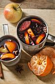 Glühwein mit Apfel, Orange, Kardamom, Zimt, Anis und Honig