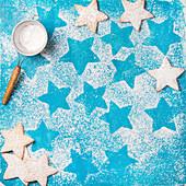 Sternförmige Lebkuchenplätzchen mit Puderzucker für Weihnachten