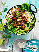 Nudeln mit Rindfleisch und frischem Gemüse aus dem Wok