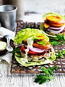 Putenburger im Salatblatt mit Süsskartoffeln, Tomate und Zwiebeln