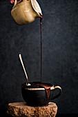 Mug Cake mit flüssiger Schokolade begiessen