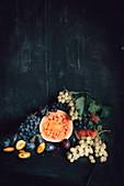 Stillleben mit Wassermelone, Trauben und Pflaumen