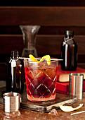 Klassischer Negroni Cocktail mit Zitronenspirale