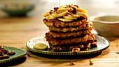 Pancakes mit Bananen, Nüssen und mit Honig beträufeln