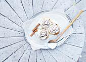 Zimtschnecken mit Frischkäseicing auf Silbertablett