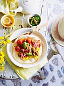 Tortilla mit Mais, Schweinefleisch und Koriander-Jalapeno-Salsa