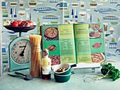 Stillleben mit Spaghetti und Kochbuch