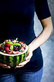 Obstsalat serviert in ausgehöhlter Wassermelone