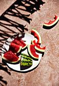 Wassermelonenstücke, teilweise angebissen (Aufsicht)