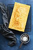 Zitronenkuchen vom Blech auf Abkühlgitter