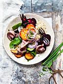 Salat mit braunem Reis, Roastbeef und Rote Bete
