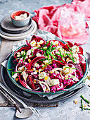 Rote Salate mit Hühnchen und Schafskäse
