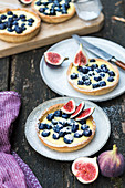 Blueberry and fig tartlets with vanilla pudding