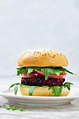Quinoa-Rote-Bete-Walnuss-Burger mit schwarzen Bohnen