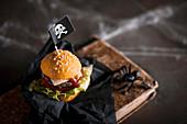 Halloween-Burger mit Piratenflagge