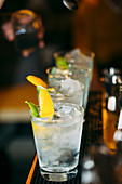 Cocktails aufgereiht auf Bartheke