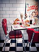 Sandwiches und verschiedene Getränke auf Tisch in einem Diner