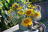 Erntedankstrauß mit Sonnenblumen, Wiesenkümmel und Roggenähren